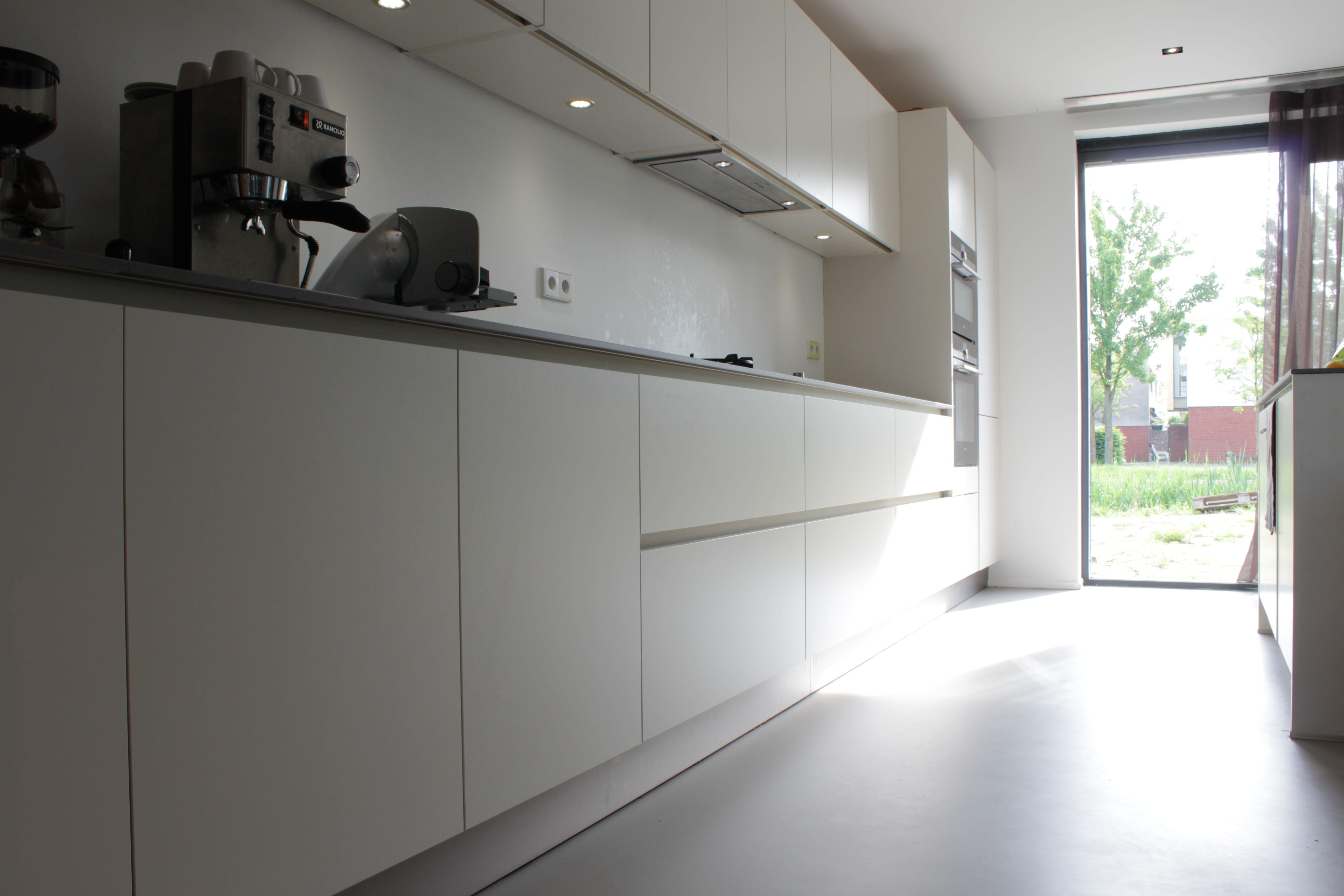 Exclusieve Gietvloer Woonkamer : Licht grijze gietvloer in witte keuken motion gietvloeren