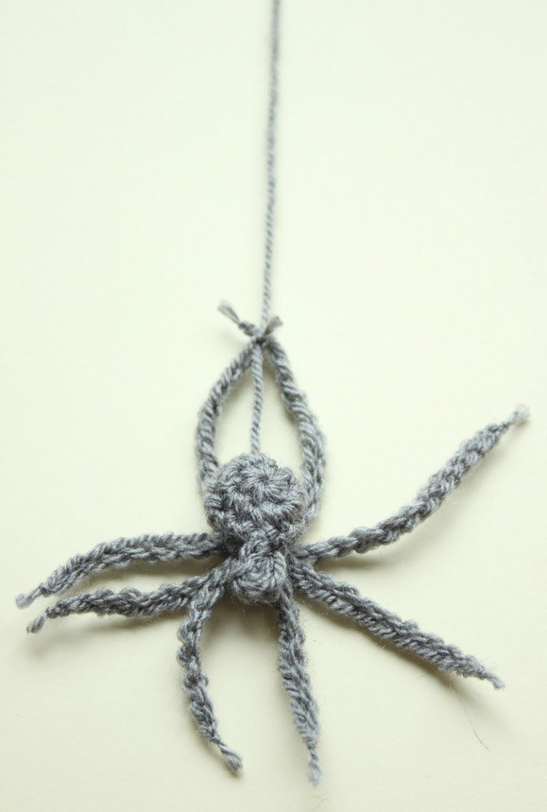 A Crochet House Spider. A Free Pattern for Hallowe'en. #crochetanimalamigurumi