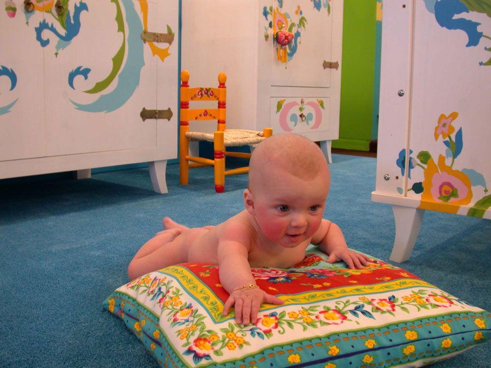 Baby's vinden het heerlijk om in hun kamer rond te kruipen. Hoe fijn is het als ze dit op een zachte ondergrond kunnen doen! #Edel