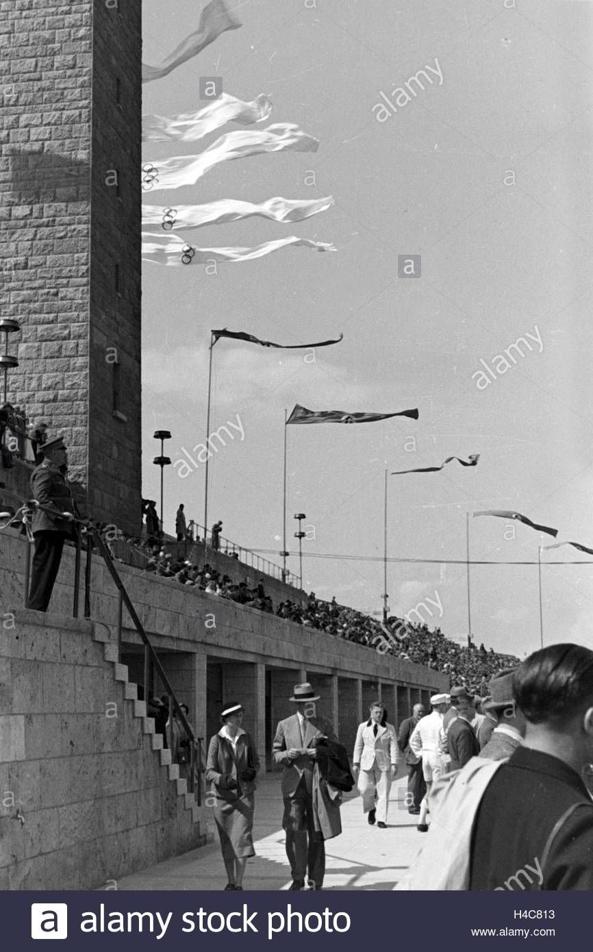 Download this stock image: Die Olympischen und die Reichsflaggen im Wind am Olympiastadion in Berlin, Deutschland 1930er Jahre. Olympic and German flags in the wind at Berlin Olympic Stadium, Germany 1930s - H4C813 from Alamy's library of millions of high resolution stock photos, illustrations and vectors.