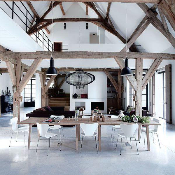 Une ancienne grange r nov e en un loft bien charpent - Deco salle a manger ancienne ...