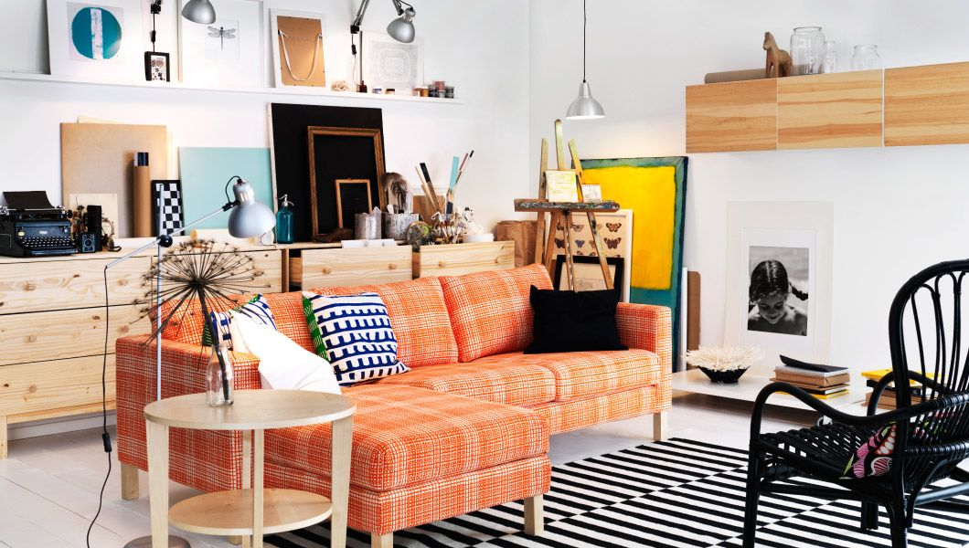 Wohnzimmer u a mit KARLSTAD 2er-Sofa und Récamiere mit Bezug - wohnzimmer ideen orange