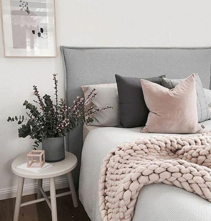 chambre rose et gris mur couleur blanche lit gris avec une tete de lit grise plaid rose coussins rose gris et noirs table de chevet blanche