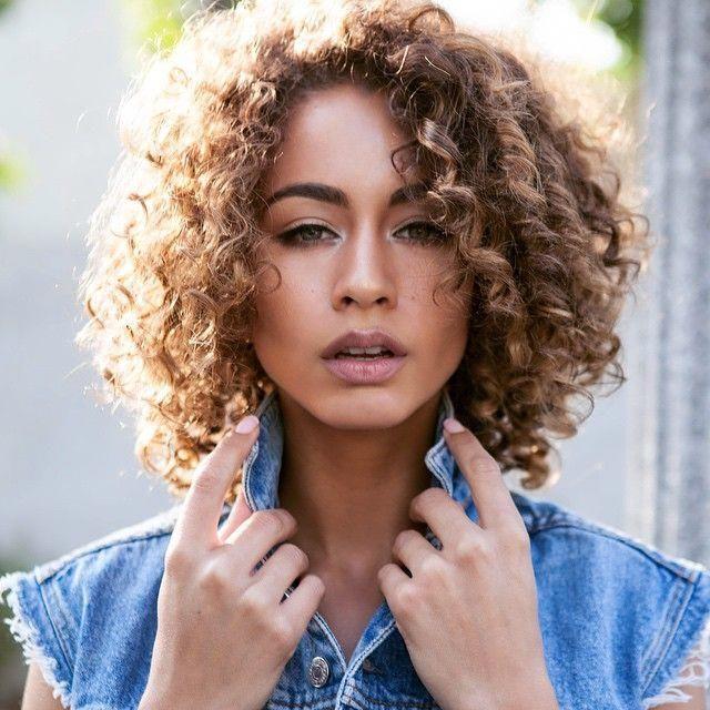 #ombrecurlyhair en 2020 | Cheveux courts bouclés, Coiffures frisées et Coiffures cheveux ondulés