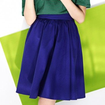 [Purple Flare Skirt] A midi length skirt featuring a pleated waist. Elasticized waist band. Side zipper closure. Vivid color skirt.