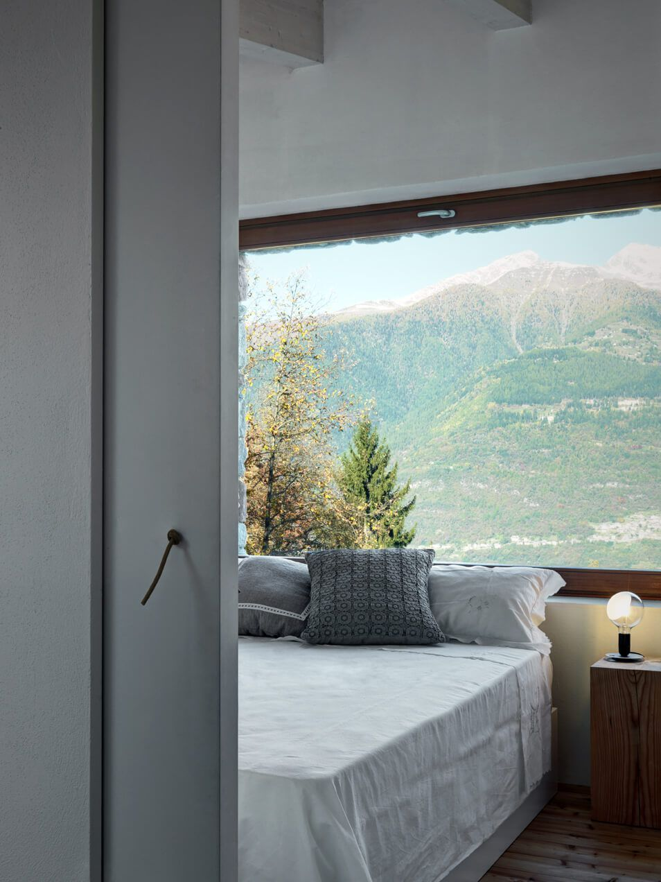 Mountain house design Stone, concrete and Wood bedroom view