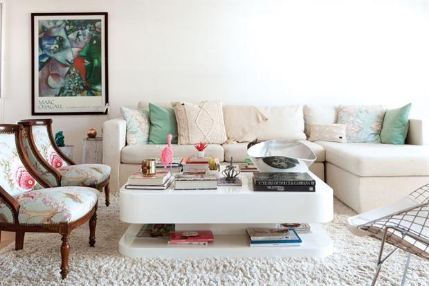 Deco: la casa de una bloguera por dentro  Un ambiente lleno de curiosidades, como un flamenco rosa traído de Animal Kingdom, una B que alude al apellido de su marido (de urban outfitters), un póster australiano que compró en su luna de miel y hasta una jirafa de Carrefour.         Foto:Érika Rojas