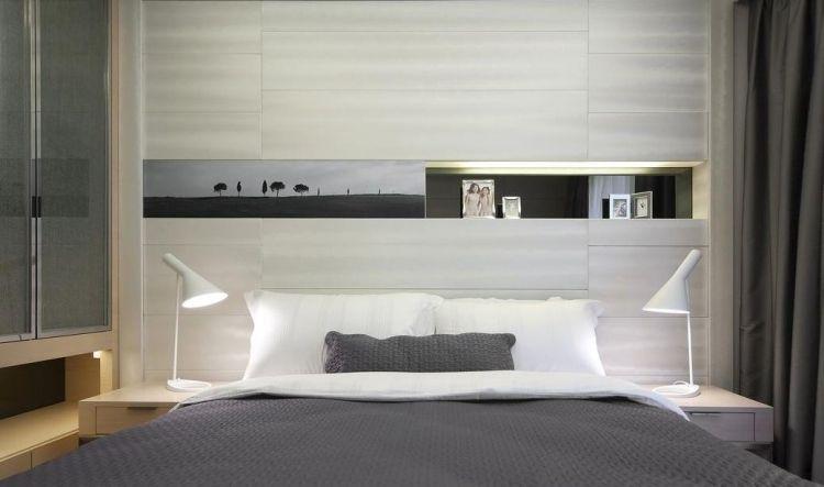 hellgraue Wandplatten und Regal in der Wandnische Schlafzimmer