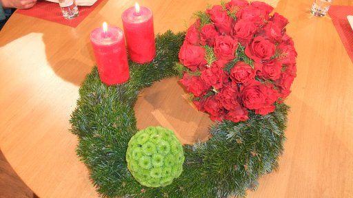 Blütenkugeln auf dem Weihnachtskranz
