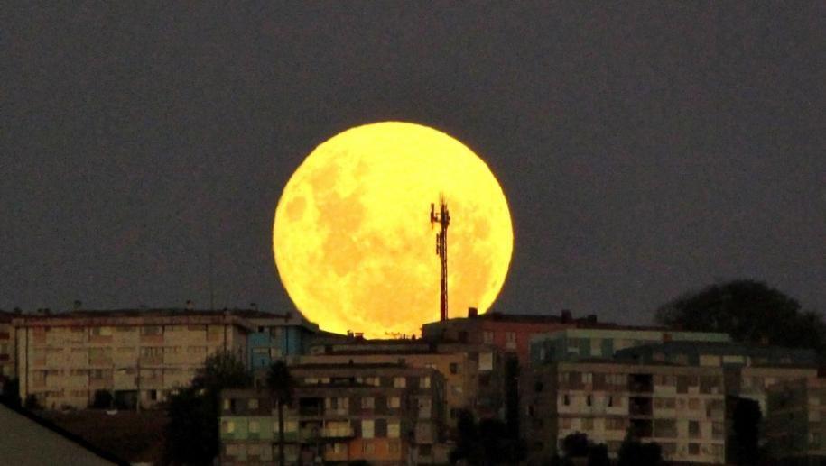 لماذا نقول قمر 14 باختصار المقولة مأخوذة من أطوار أو أدوار القمر حيث يمر بمراحل مختلفة ويتغير شكله خلالها بدء ا من Super Moon Vina Del Mar Shoot The Moon