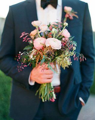 Must have свадебной фотосессии 2015: Букет невесты в руках жениха - The-wedding.ru