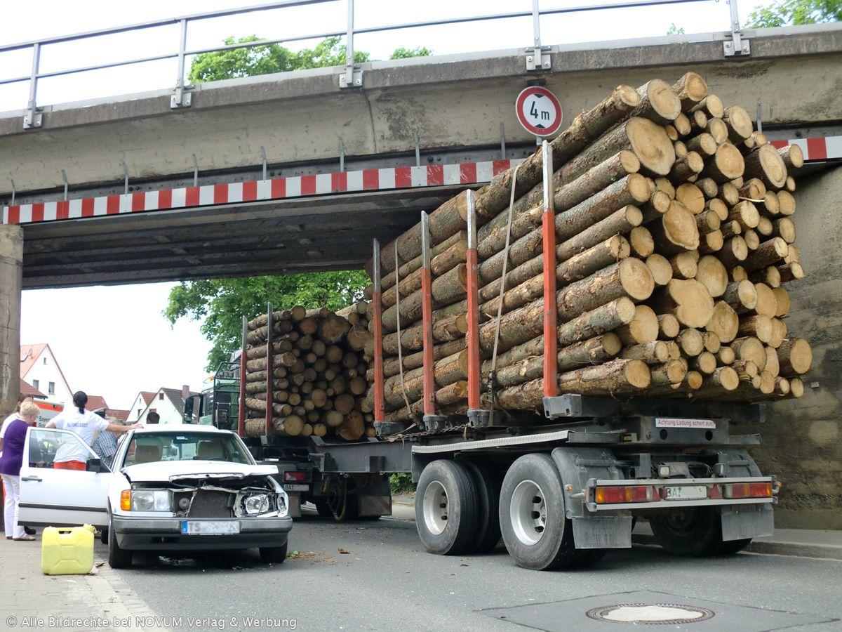 Sirenen - Feuerwehren - fast wie bei einer Katastrophe: LKW-Unfall an der Forther Bahnbrücke
