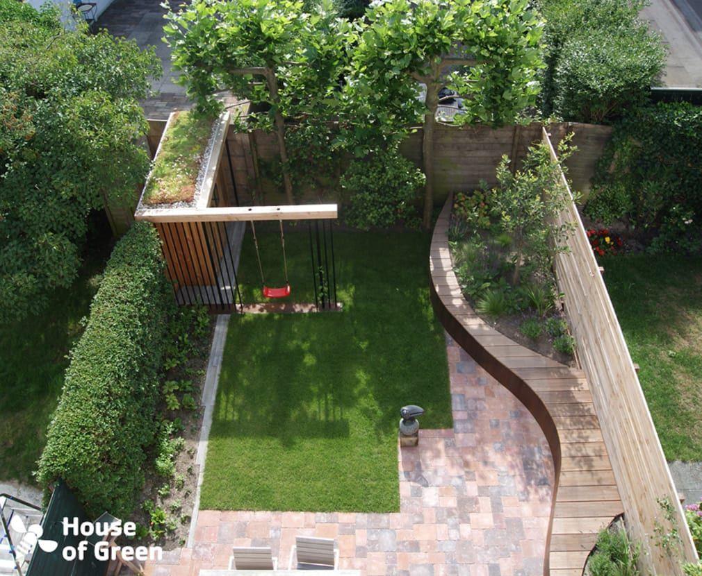 Overzicht slingerbank met tuinhuis tuin door house of green