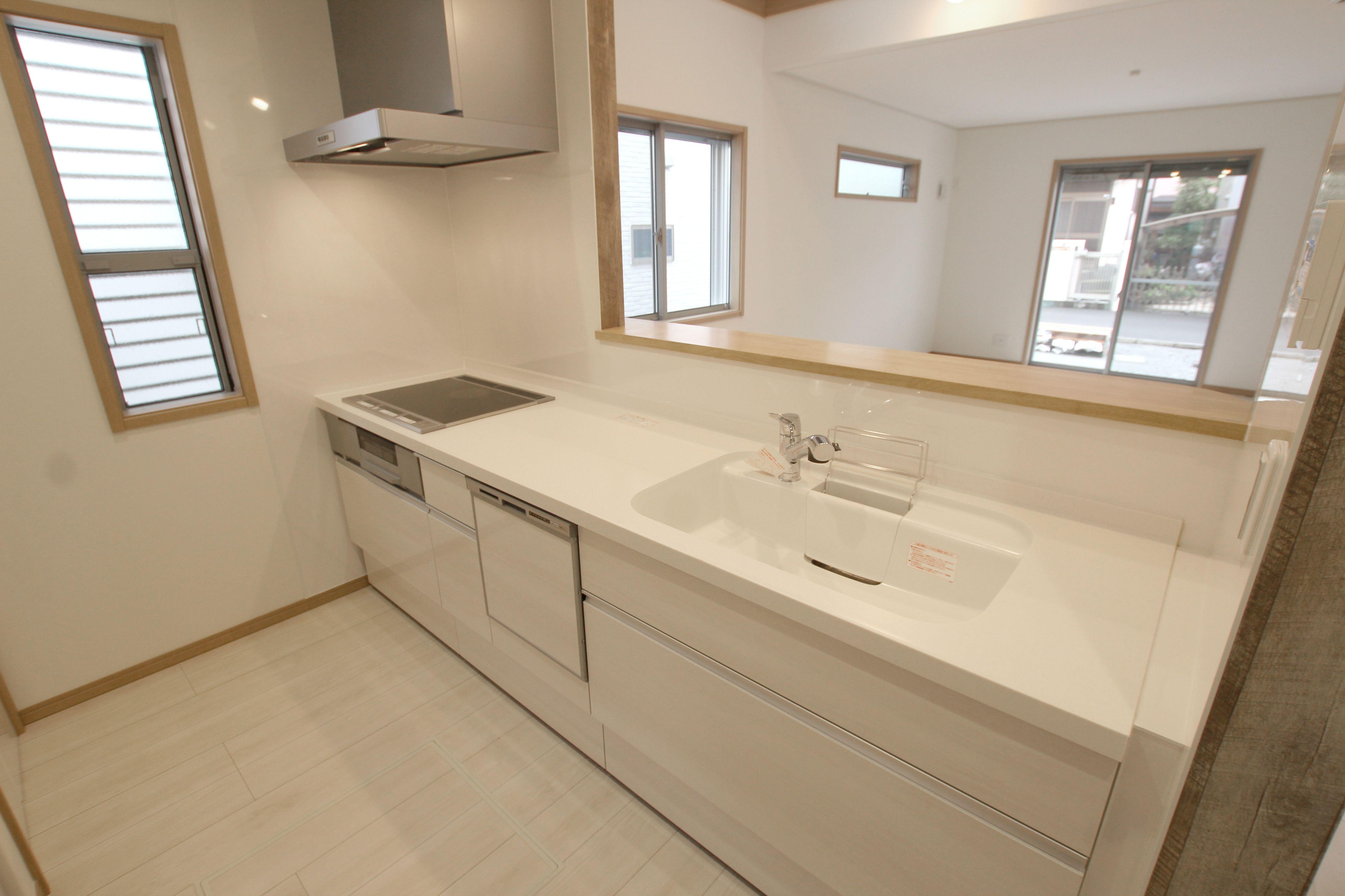 白を基調とした清潔感のあるキッチンは 高級感のある人造大理石の天板