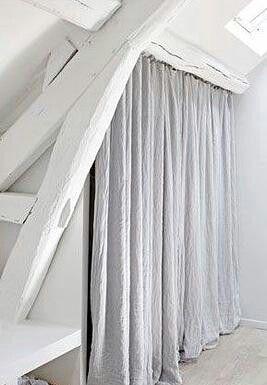plut t que des portes pour un placard sous combles de beaux rideaux en lin id es pour la. Black Bedroom Furniture Sets. Home Design Ideas