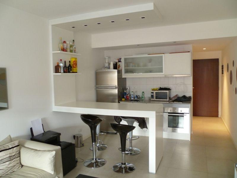 Cocina americana blanca con marquesina decoracion - Decoracion cocina pequena apartamento ...