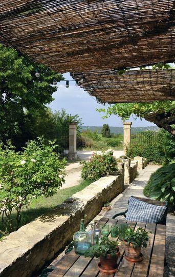 Petite terrasse ombragée en Provence | marches and provence | Balkon ...