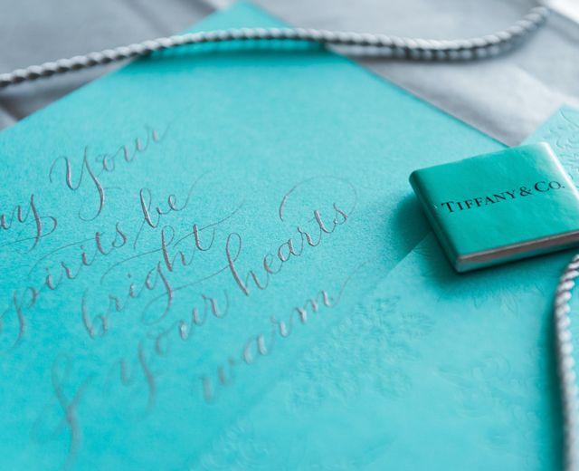 Zu Weihnachten gibt es immer ein paar spezielle Projekte. Dieses durfte ich für Tiffany&Co umsetzen. Die Papeterie kam von ihnen selbst und ich durfte eine Farbe aussuchen, die weihnachtlich istund gleichzeitig die wunderbaren Drucksorten unterstreicht. Ich habe mich für Pigmente…