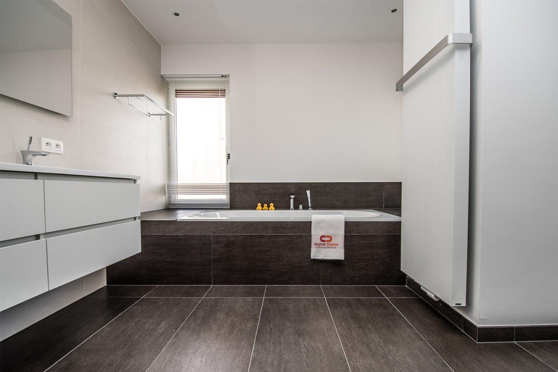 Mooie Betegelde Badkamers : Prachtig gerenoveerde badkamer met ruime betegelde inloopdouche en