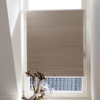 Plissegordijn Voor Een Draai En Kiepraam In 2020 Raambekleding Slaapkamer Raambekleding Raamdecoratie