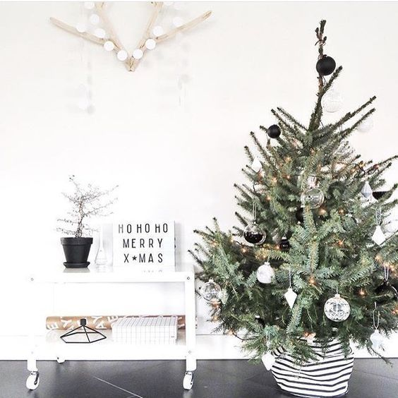 50 Minimalist Christmas Decorations That are Refreshing and Luxurious - Hike n Dip