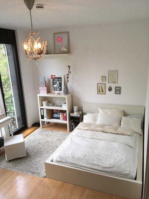 lichtdurchflutetes schlafzimmer mit weißem holzbett und