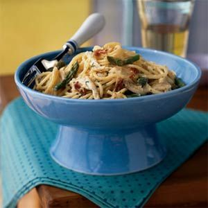 This healthy chicken carbonara dish is not only absolutely delicious, it's also lower in fat and calories than traditional pasta carbonara.