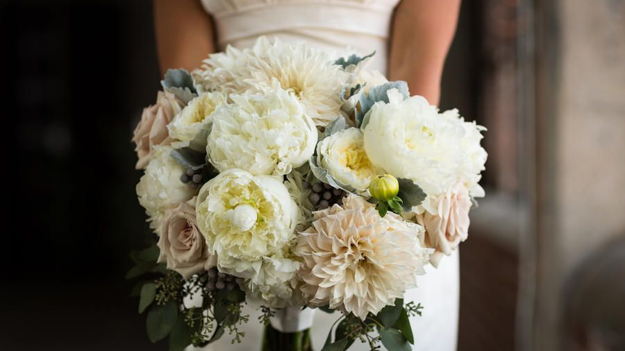 Choose Classic Florals | A modern-theme wedding will wow guests with stylish details and glamorous décor
