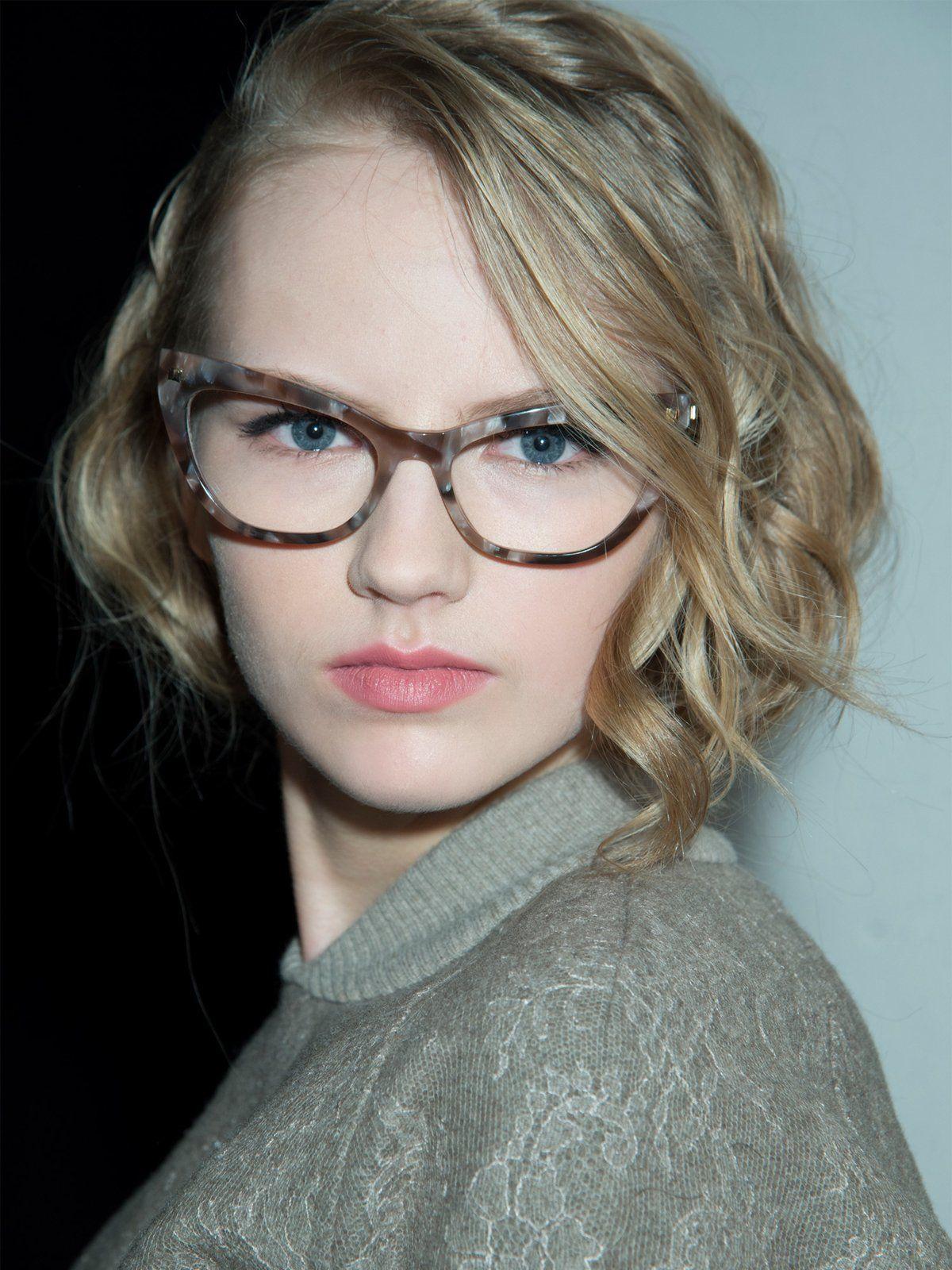 Lockige Frisur Mit Brille Accessoires Frisuren Mit Brille