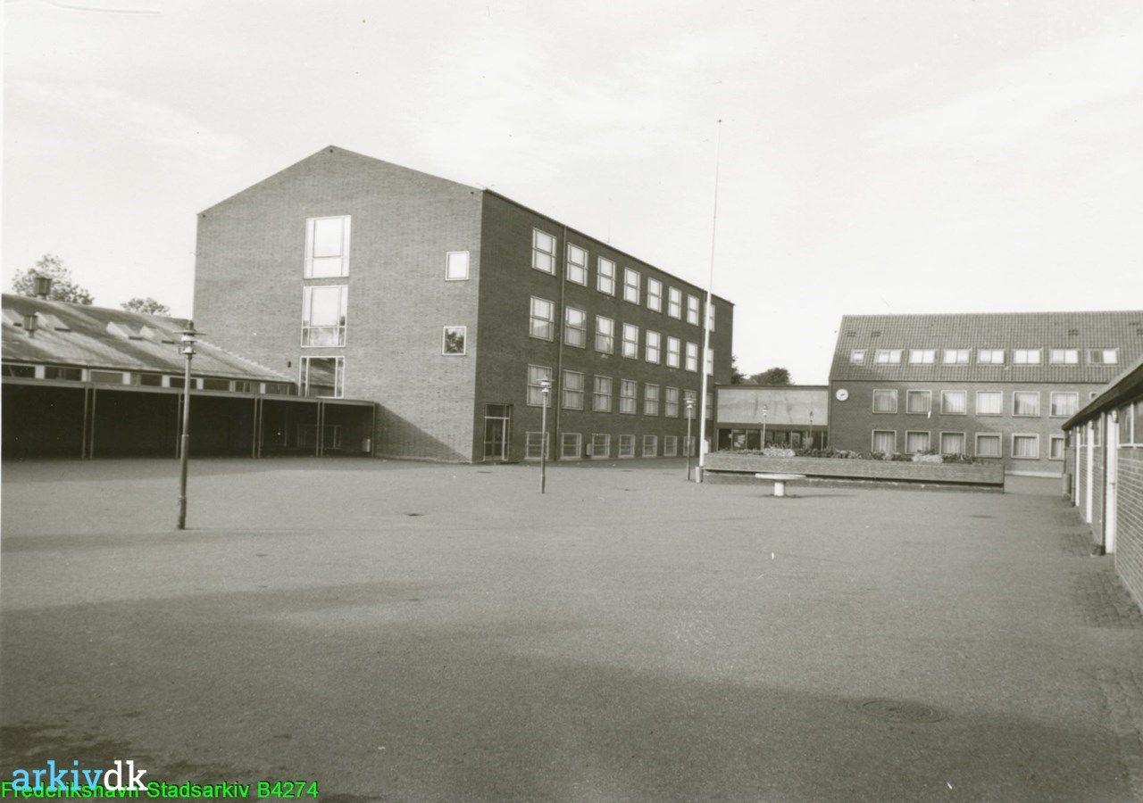 arkiv.dk | Bangsbostrand Skole Frederikshavn set fra den sydlige ende af skolegården, med hovedbygningen til højre 1962