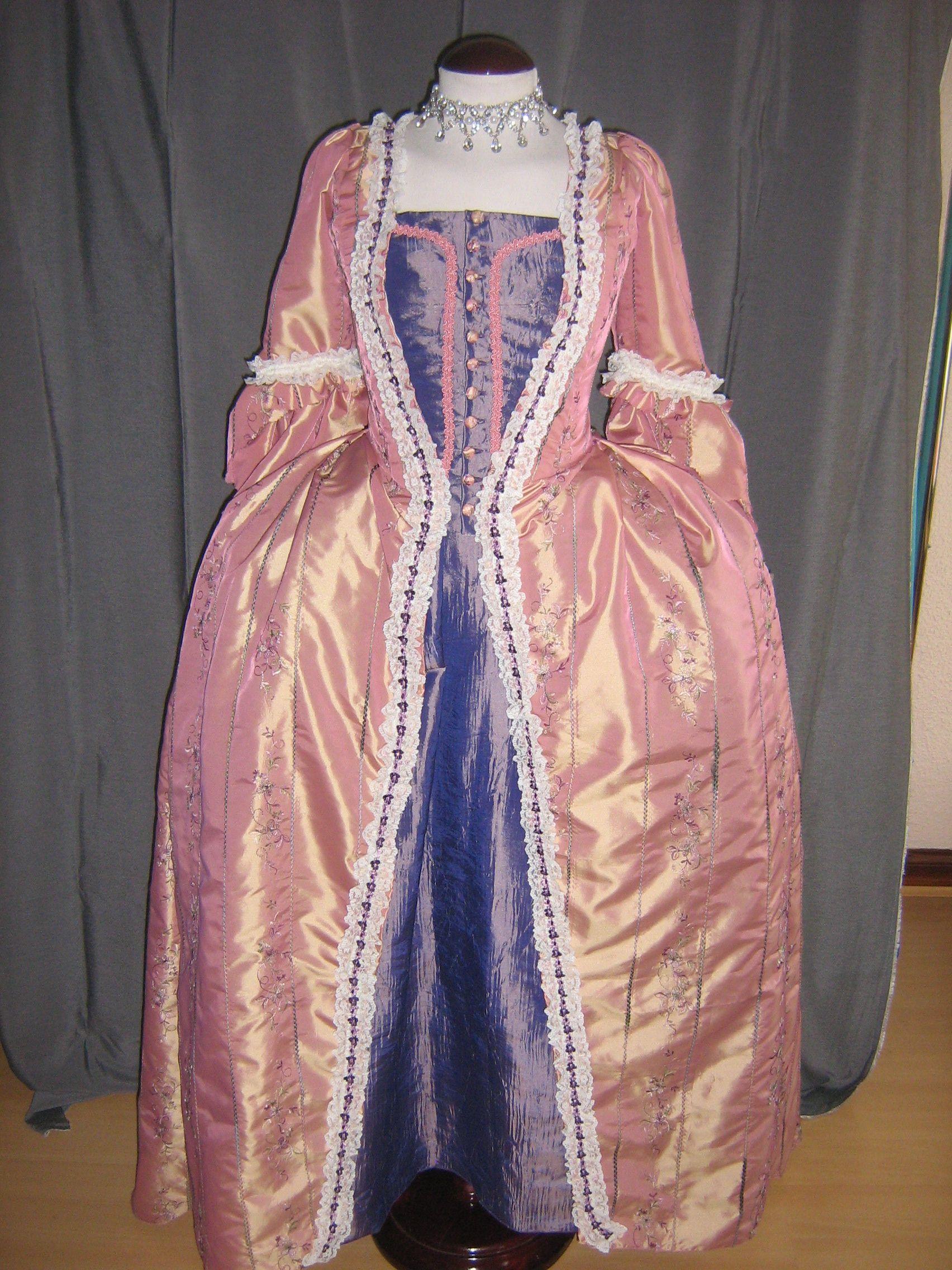 Vestido a la francesa, reproducción de un patrón de época, con pocas ...