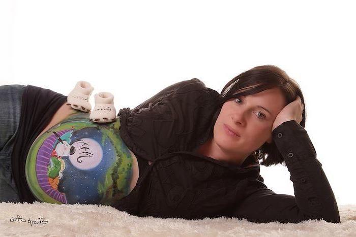 Weiße Frau schwanger mit schwarzem Baby