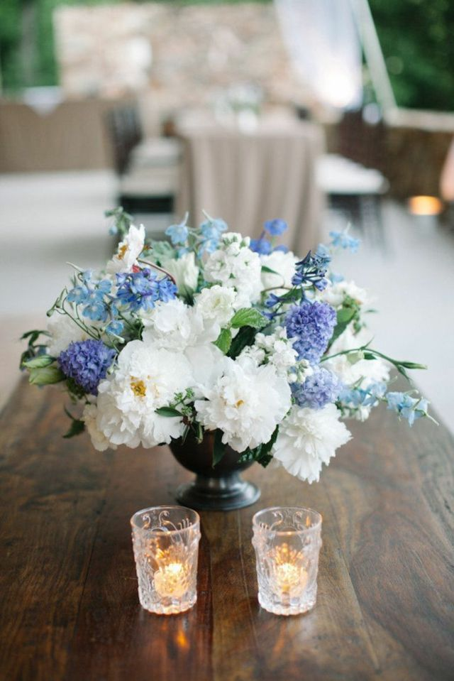 sommer tischdekoration blumen blau wei kerzen  Flowers