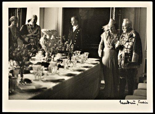 Wilhelm ii en prinses juliana in de eetkamer in huis doorn