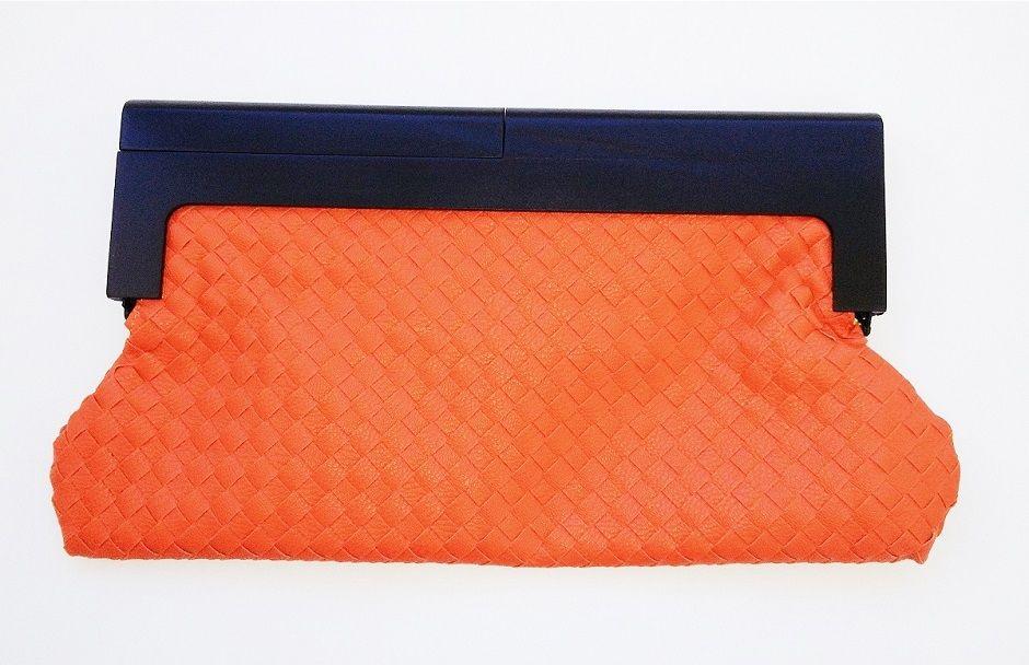 Bolsa carteira longa de madeira no fecho e couro sintético entrelaçado na cor laranja.Linda e estilo vintage.