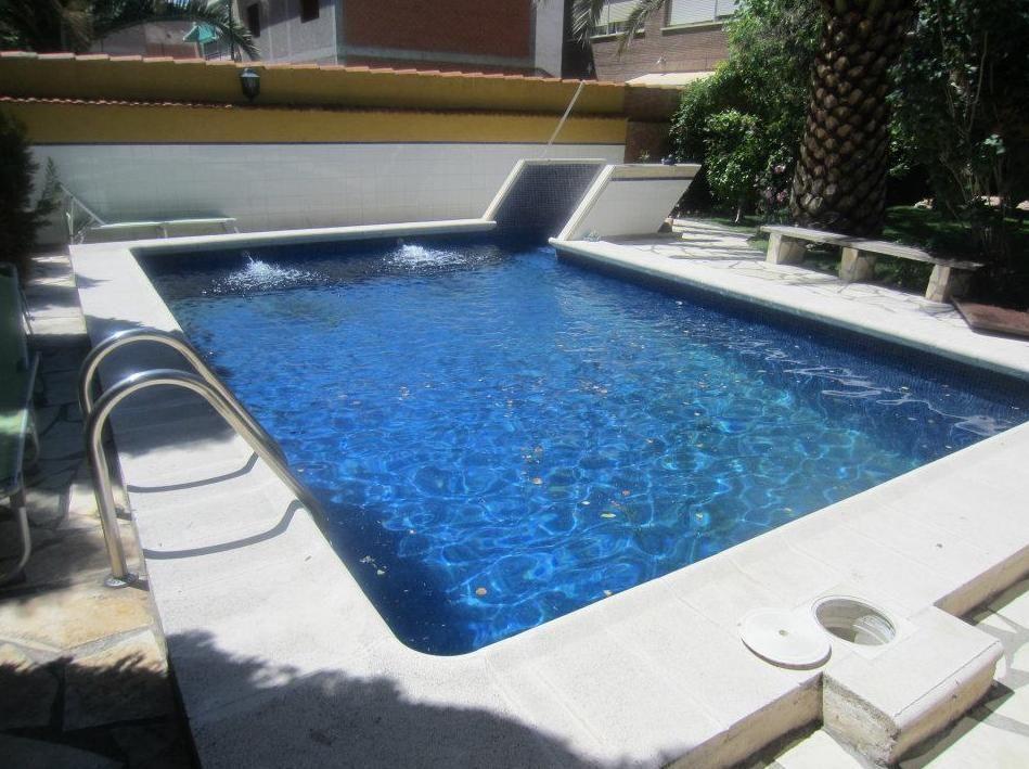 Piscina de obra de 8x4 con gresite azul marino y escalera for Precio piscina obra 8x4