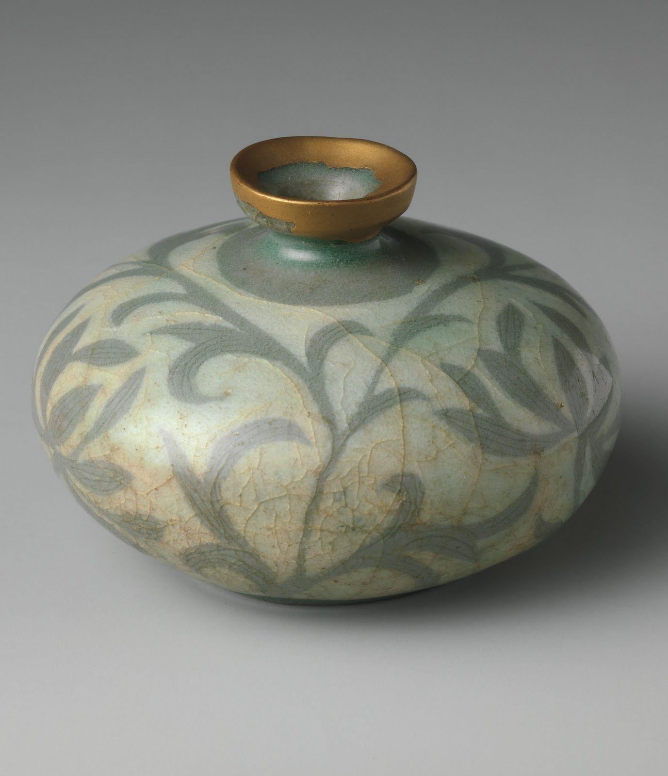 Gerro de gres amb decoracio sotacoberta de fulles de Peonies amb un esmalt d'estil celado de la dinastia Goryeo de Korea de finals del segle XII.