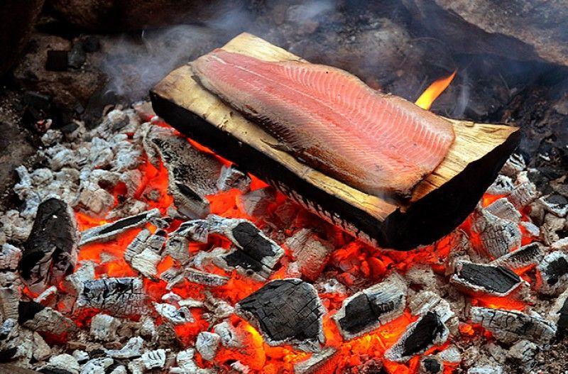 Grillattua lankkulohta - partioaitta - blogi -Nuotiolla voi laittaa ruokaa usealla mielenkiintoisella tavalla, aina nopeasti halstratusta grillivartaasta kuopassa kokonaisena paistettuun paahtopaistiin, jolloin tulikuumat kivet hoitavat työn...