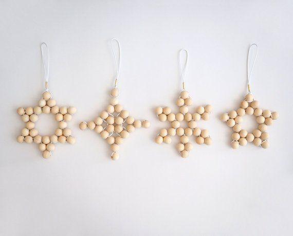 Ähnliche Artikel wie Set von 4 Weihnachtsbaum Dekoration Ornamente gewebt blonde Holzperle modernen skandinavischen minimalistischen Urlaub Xmas Dekor Sterne Schneeflocke auf Etsy