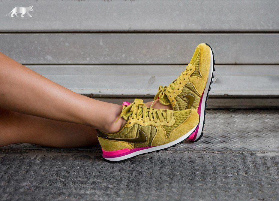 Nike Wmns Internationalist (Peat Moss / Olive Flak - Digital Pink ...