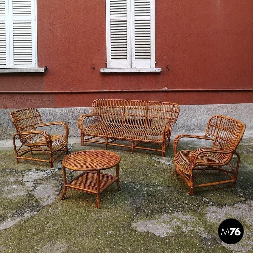Un divano 3 posti e 2 poltrone con tavolino, in vimini
