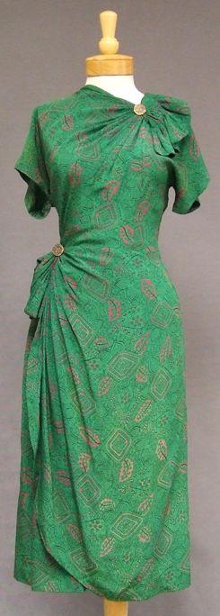 Green novelty print silk cocktail dress, 1940s. #vintage #1940s #fashion