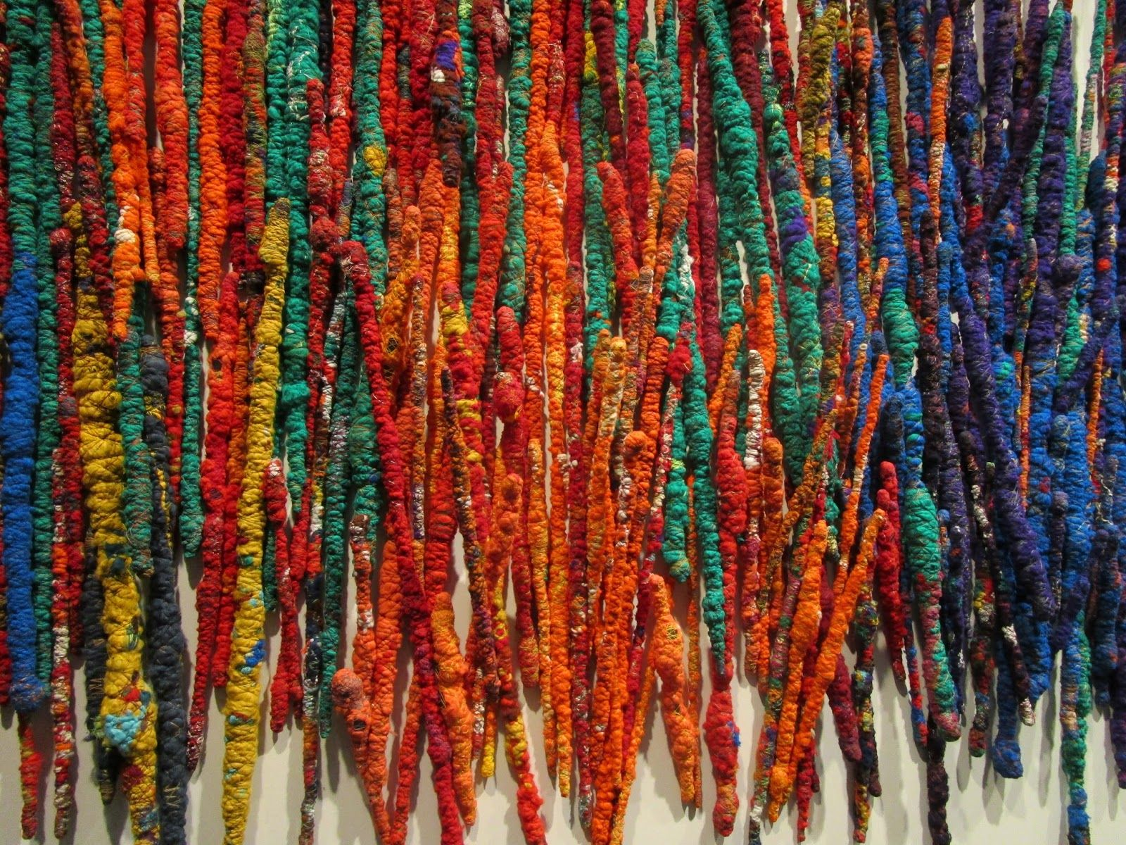 Sheila Hicks L Incroyable Conjugaison Du Verbe Coudre Sheila Hicks Art Corde Sculpture Textile Art Textile
