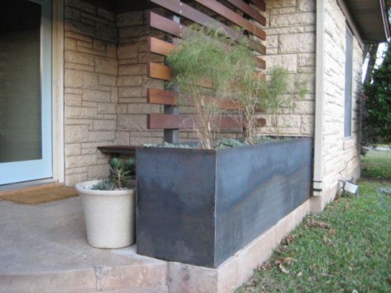 do a planter in diff material-concrete/tiling/stone etc mix.