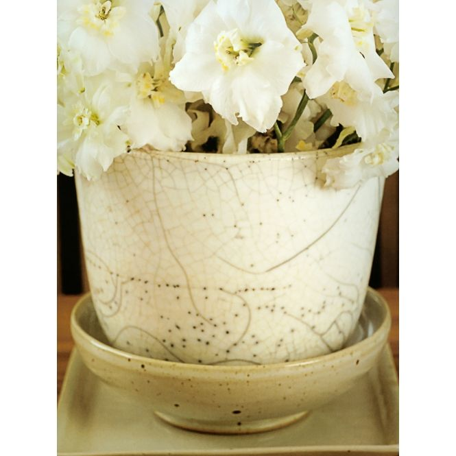 Arranjo de flores brancas em vaso branco de cramica Marcel Wolterinck Sigurd Kranendonk IN / EX (Marcel Wolterinck)