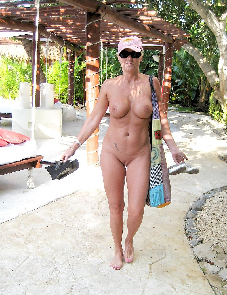 Очень зрелая мадам на пляже — img 12