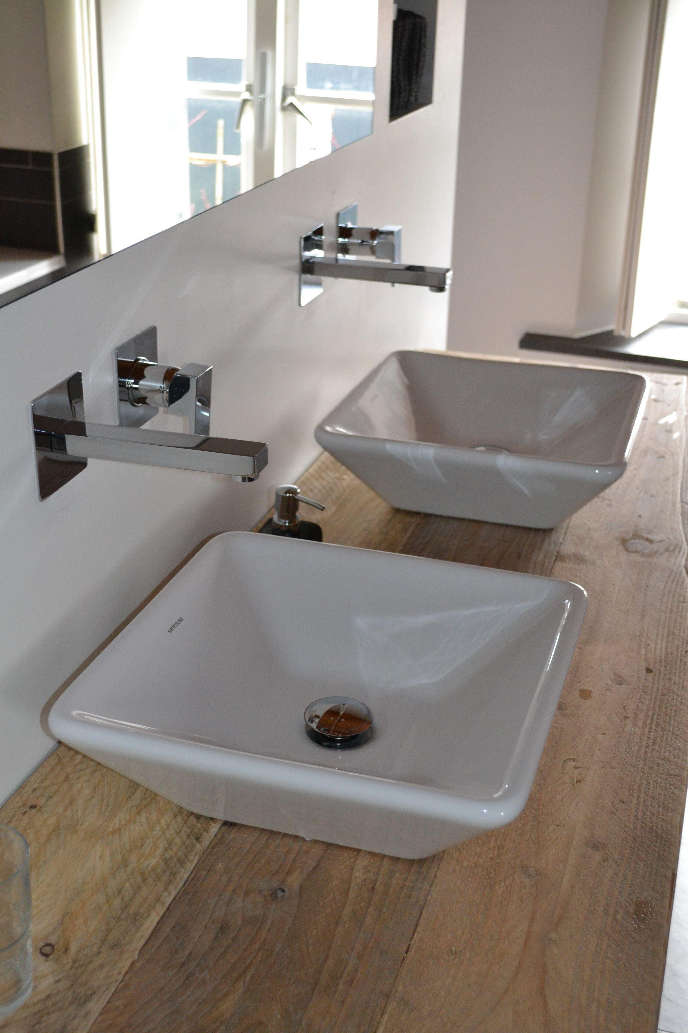 strak vormgegeven wandkraan van dekker zevenhuizen badkamer