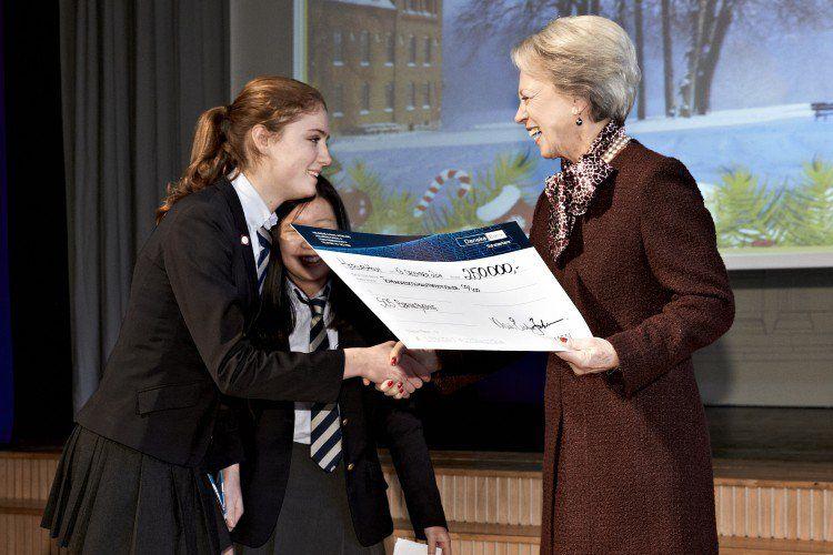 Prinsesse Benedikte Modtager Donation Fra Eleverne På Vegne Af Sos