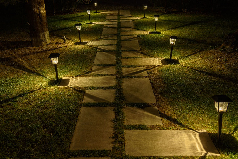 Photo of 10 modi per decorare un vialetto con le luci