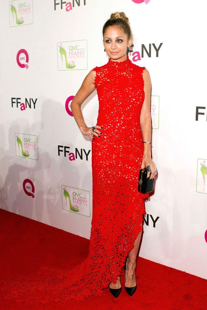 Nicole Richie, con vestido largo de encaje rojo, de Scanlan y Theodore en el evento QVC Fanny shoes on sale
